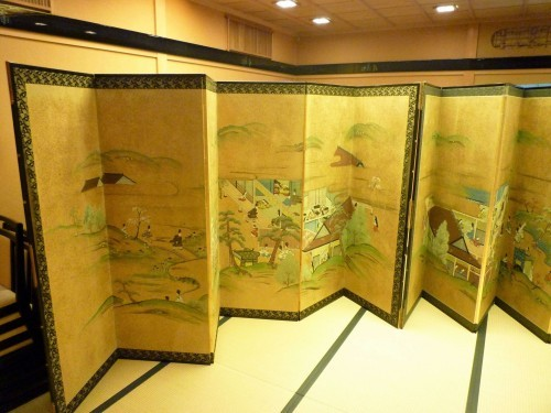 We can find plenty of luxury Edo relics on display inside Murakami's Shintaku restaurant. Here, folding screens on display.