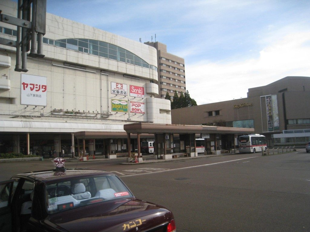 """Hier, kommt die zweite und schwierigste Hürde. Zwei Buslinien teilen sich die Plattform Nummer 7. Nehmen Sie den Bus, der nach Muramatsu fährt. Da es nur auf Japanisch geschrieben ist, hier die Kanji: """"村 松"""". Auf dem Weg nach Yamakoshi, Niigata, Japan"""