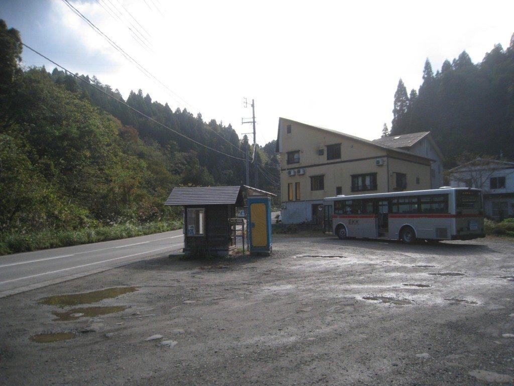 Bushaltestelle zum Wechseln auf den Micro Bus nach Yamakoshi, Niigata, Japan