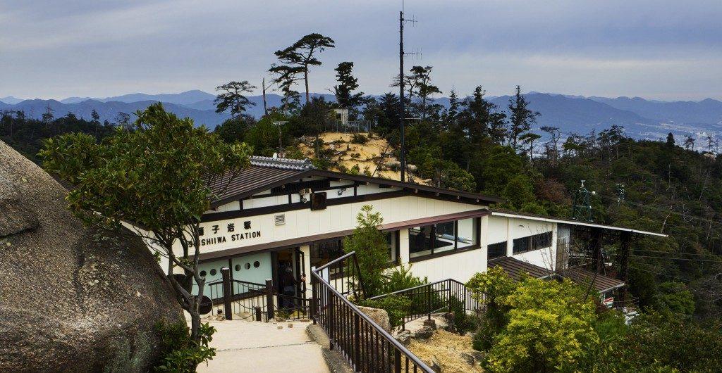 Die Shishiiwa Station und ihre Aussichtsplattform.