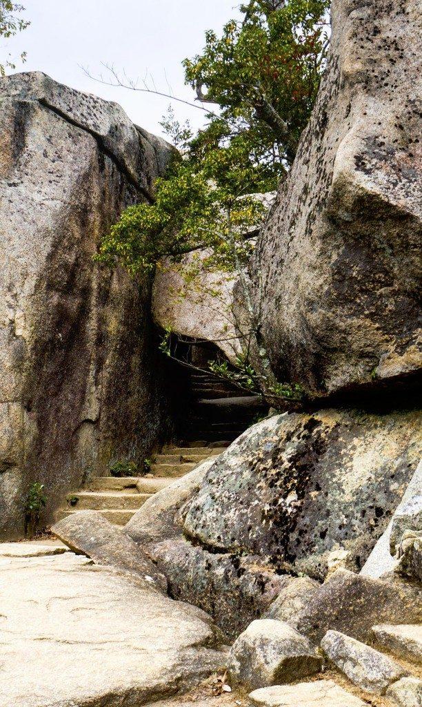 Kuguri iwa, der Felsbogen auf dem Weg zum Gipfel vom Berg Misen, Miyajima, Hiroshima, Japan