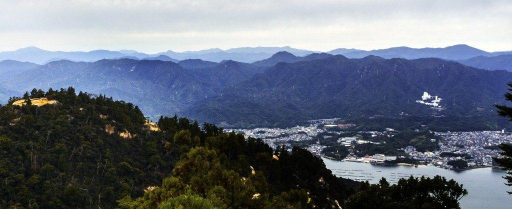 Panoramablick auf die Insel Miyajima und ihre Umgebung vom Berg Misen aus.