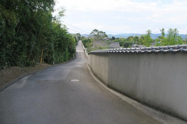 Der gepflasterte Weg ist mit traditionellen, schönen und charmanten Häusern gesäumt, Kitsuki, Oita, Japan