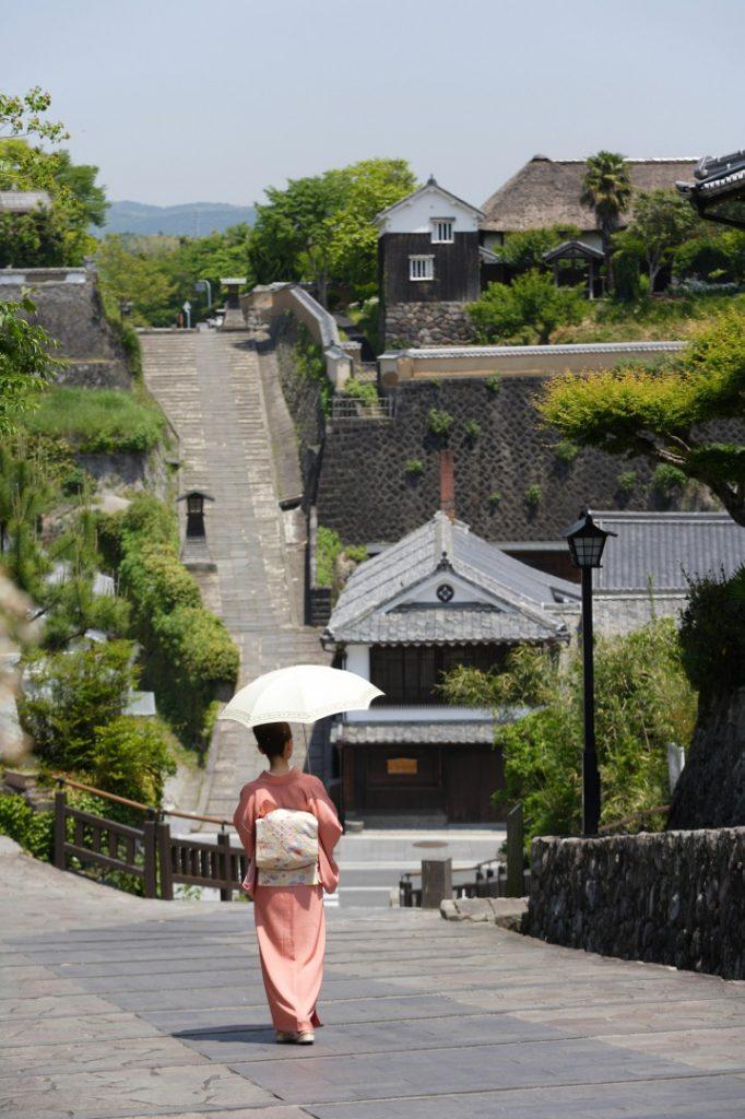 Diese Architektur rund um das Hauptgebäude wirkt alt und traditionell, Kitsuki, Oita, Japan