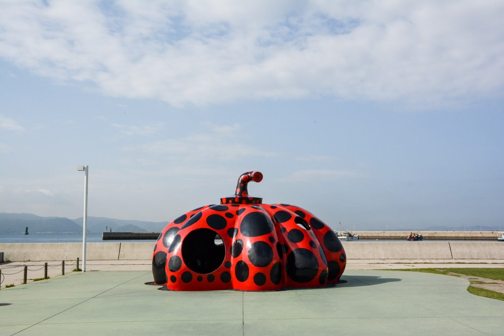 Roter Kürbis von Yayoi Kusuma, Naoshima, Kagawa, Japan