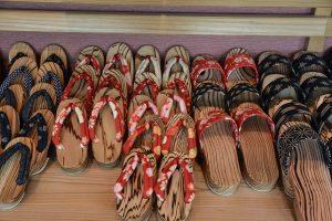 Verschiedene Varianten von Geta, traditionellen japanischen Holzsandalen.