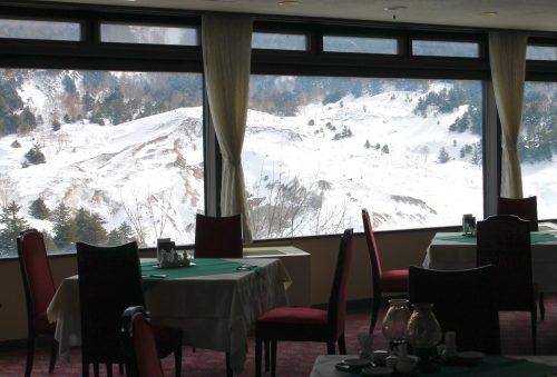 Blick auf die Berge während des essens im Manza Kogen Hotel