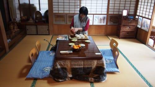 Frau Ohira bereitet den Tee zu.