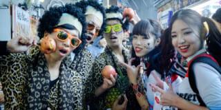 Eine Gruppe von Jugendlichen in Kostümen in Shibuya zu Halloween in Japan.