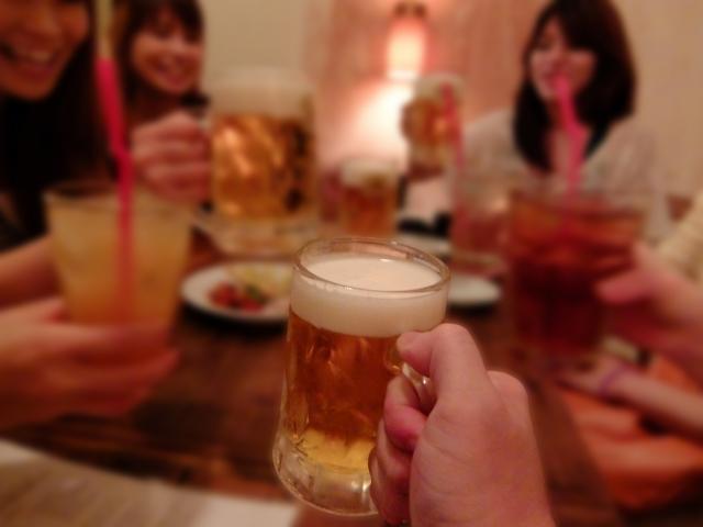Grupo de amigos bebiendo cerveza en Japón.