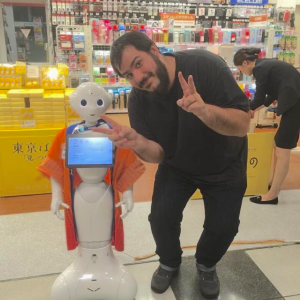 José junto a una figura del robot Pepper en Japón