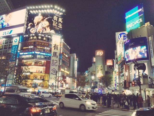 Shibuya de noche, barrio de Tokio (Japón).