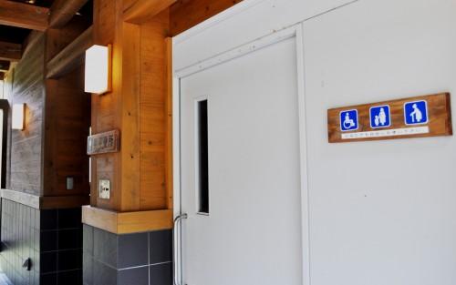 Caseta con baños públicos en la ruta Kumano Kodo.