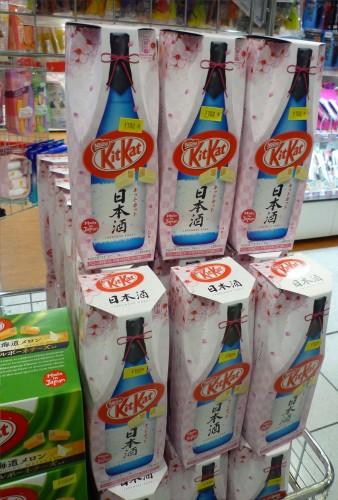 Kit Kat japonés con empaquetado en forma de botella de sake.