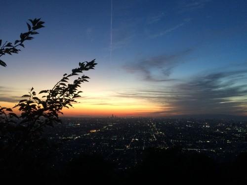 Vista panorámica de Kioto y Osaka de noche desde la cima del monte Ikoma