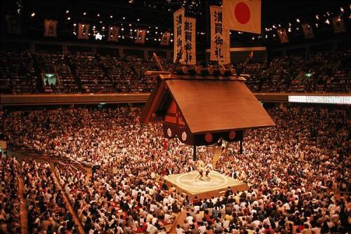 Torneo de lucha de sumo en un gran estadio en Japón