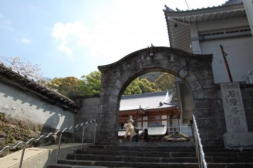 Arco exterior del templo Enmeiji de Nagasaki