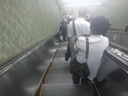 Escaleras mecánicas en una estación de trenes en Japón