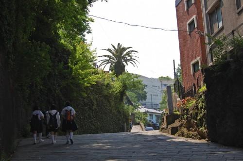 Colegialas paseando por la Cuesta de los Holandeses de Nagasaki (Japón)