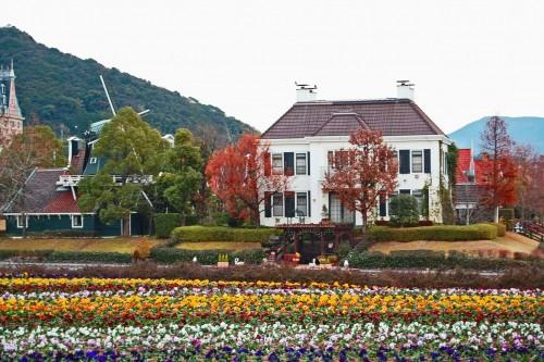 Casas holandesas y tulipanes en Huis Ten Bosch, parque temático holandés en Nagasaki