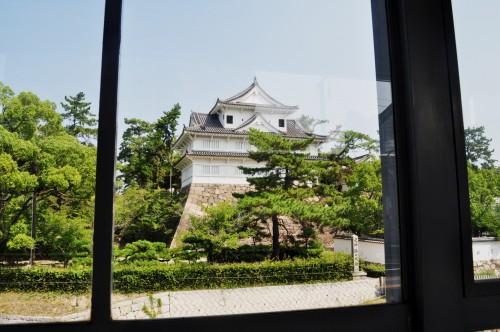 Vista del Castillo de Fukuyama desde la estación del tren Shinkansen