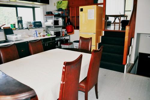 Cocina y comedor de la guest house Humano Backpackers
