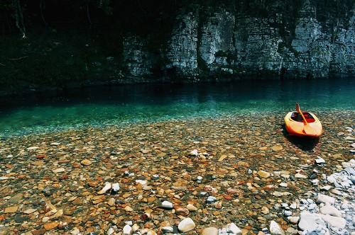 Kayak en las aguas cristalinas del río Kumano (Japón)