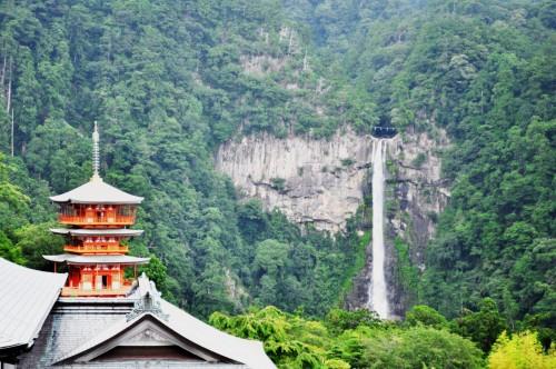 Templo Seiganto-ji y su pagoda de tres pisos, con la cascada Nachi al fondo.