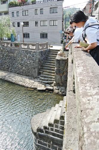 Además de Historia, Megane-bashi está lleno de curiosas leyendas urbanas, como el pedir un deseo al tirar una moneda por la balaustrada.