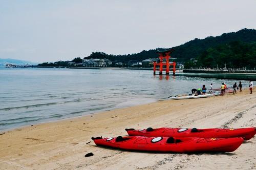 Kayaks en la playa en la isla de Miyajima, en Hiroshima