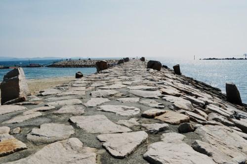 Malecón en la playa de Ogigahama, en Tanabe (Japón)