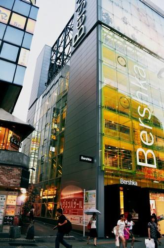 Tiendas en la calle Tokyo Supeinzaja de Shibuya (Japón)