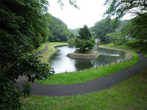 Pequeño lago en el Parque Samagihara de Kanagawa (Japón)