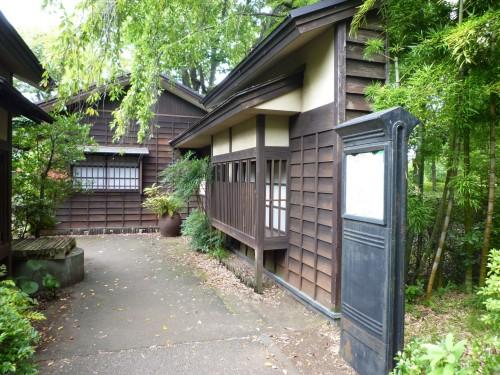 Edificios de madera dentro del Parque Sagamihara de Kanagawa (Japón)