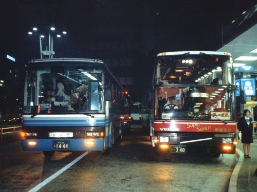 Autobuses nocturnos en su parada en Japón