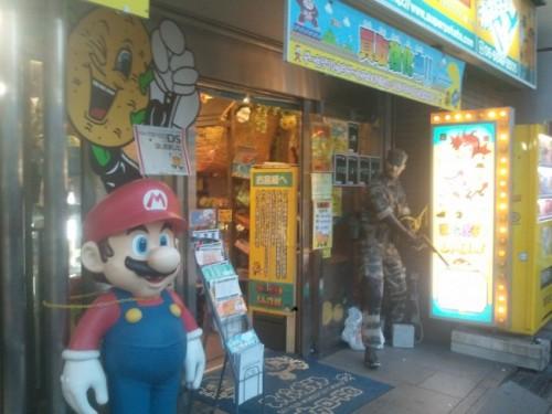 Super Mario. Tienda Super Potato en Den Den Town, Osaka