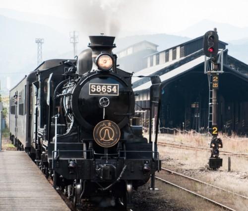 Antigua locomotora japonesa en una estación de Japón.