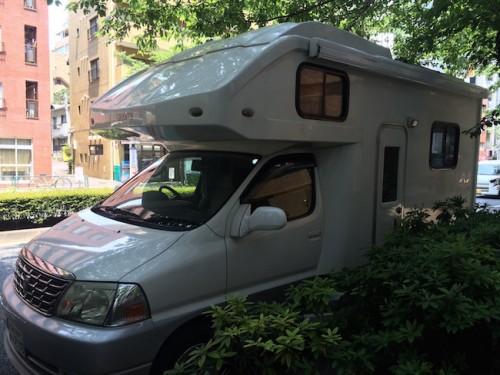 La caravana de Nina aparcada delante de su apartamento de Tokio.