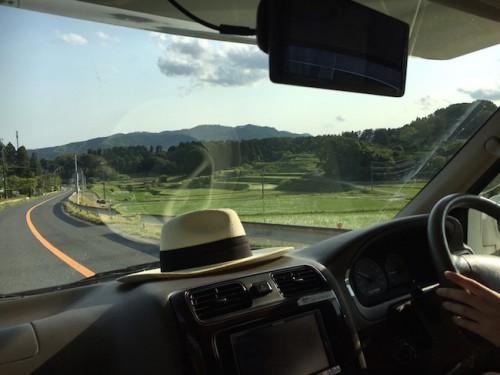 Conduciendo un coche japonés por el campo.