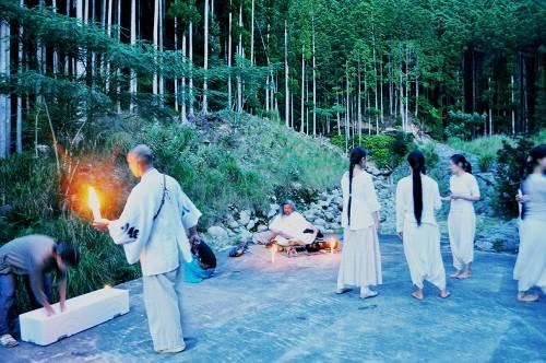 Performance de danza contemporánea en las montañas de Kumano.