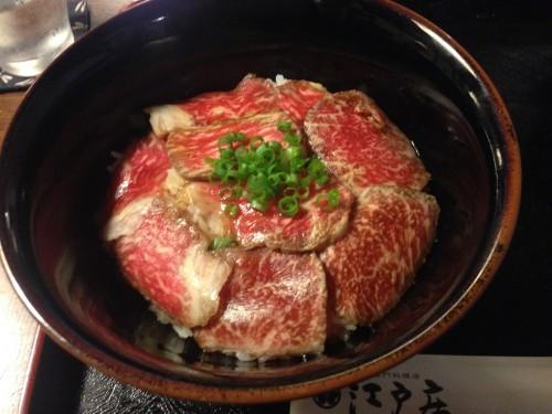 Plato de salmón del restaurante Kikkawa de Murakami.