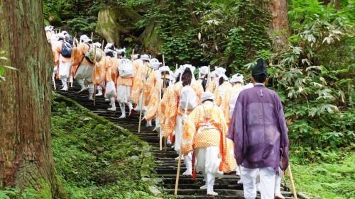 Peregrinos caminando hacia el templo Haguro.