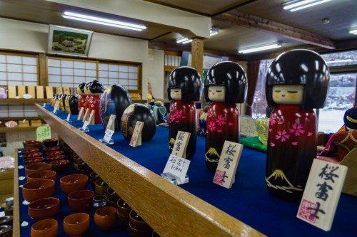 Muñecas de madera en Rokuro Zaiku no Yamaichi.