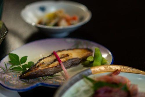 Pescado a la parrilla y salado para la cena