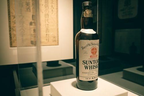 Botella de whisky de la destilería Yamazaki, Osaka, Japón.