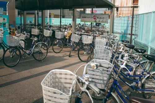 Muchas bicicletas de alquiler, Sakai, Osaka, Japón.