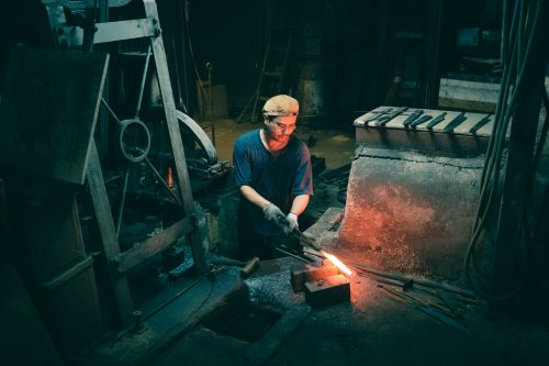 Trabajando el hierro en la forja de Mizuno Tanrenjo, Osaka, Japón.