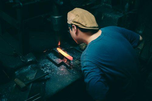 Creando un cuchillo, la forja de Mizuno Tanrenjo, Osaka, Japón.