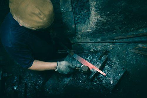 Finalizando la hoja en la forja de Mizuno Tanrenjo, Osaka, Japón.
