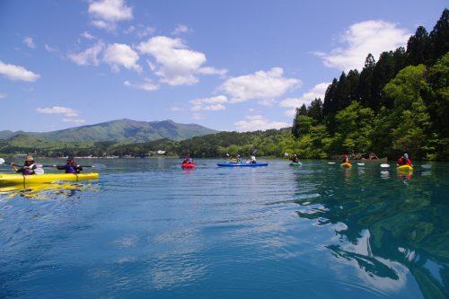 Deportes de agua en primavera y verano en el lago Tazawa en la prefectura de Akita.
